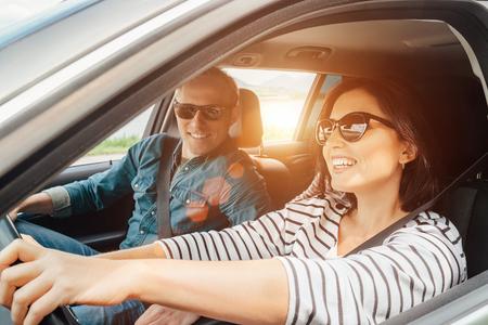 Photo pour Happy couple goes by the car - image libre de droit