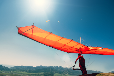 Photo pour Hang-glider starting to fly - image libre de droit