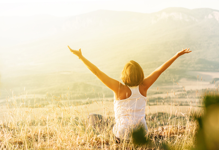 Photo pour Woman meets sunrise in mountain - image libre de droit