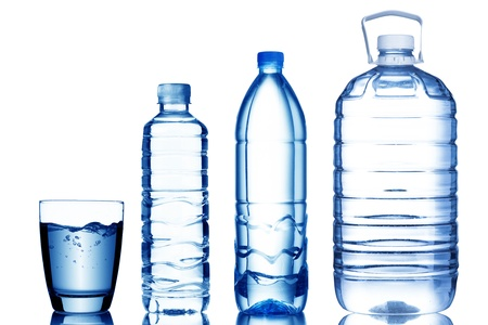 Photo pour Glass of water with various sizes of water bottles - image libre de droit