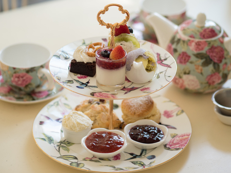 Foto de british afternoon tea scones with home made jam and icecream - Imagen libre de derechos