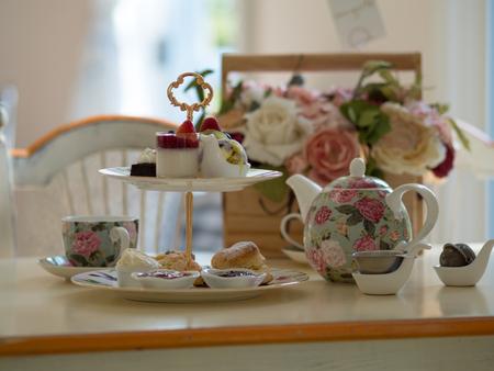Foto de british afternoon tea scones with home made jam and icecream - Imagen libre de derechos