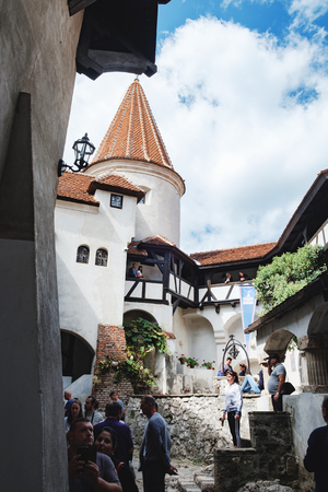 Foto de Bran, Romania - September 7, 2017: Tourists visit the courtyard of Bran or Dracula Castle and make beautiful photos, Transylvania, Romania. - Imagen libre de derechos