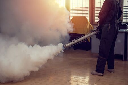 Photo pour Man work fogging to eliminate mosquito for preventing spread dengue fever and zika virus - image libre de droit