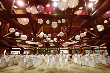 Foto de amazing luxury decorated place  ceiling for wedding reception, catering in restaurant - Imagen libre de derechos