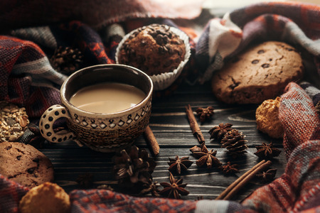 Photo pour stylish rustic winter coffee cookies and spices on wooden background in morning. space for text. cozy mood autumn. seasonal holidays concept - image libre de droit