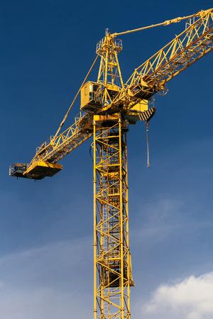 Foto de Construction crane tower on background of blue sky. - Imagen libre de derechos
