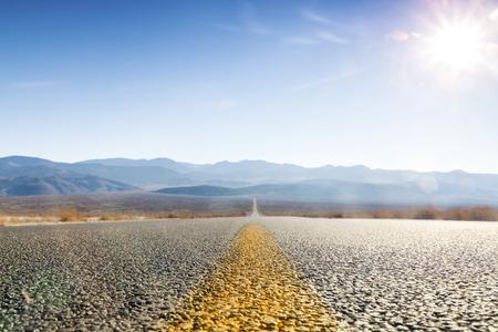 Foto de Straight road through Death Valley, California, USA - Imagen libre de derechos