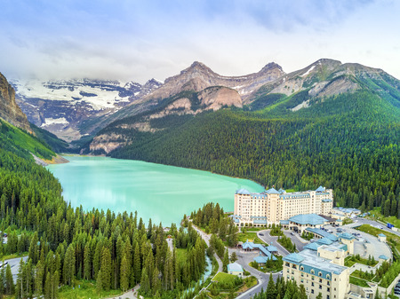 Photo pour Turquoise Louise Lake in Rockies Mountains, Banff National Park, Alberta, Canada - image libre de droit