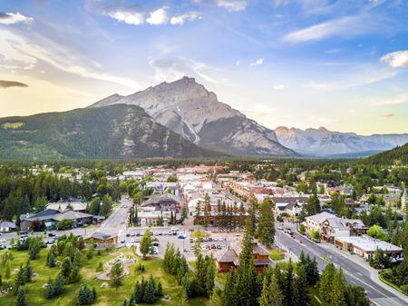 Foto de Amazing cityscape of Banff in canadian Rocky Mountains, Alberta,Canada - Imagen libre de derechos