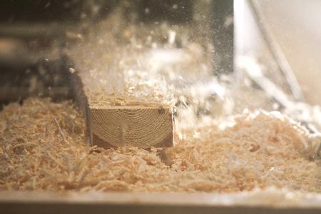Photo pour Process of sawing a board with a chain saw - image libre de droit