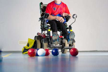 Foto de Boccia. A disabled sportsman sitting in a wheelchair in front of balls. Little balls for playing boccia. - Imagen libre de derechos