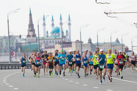 Photo pour 05-05-2019 RUSSIA, KAZAN: Running marathon in the city in daylight - image libre de droit