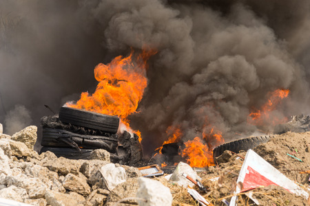 Photo pour Burning rubber tires creating big black smoke and pollution. - image libre de droit