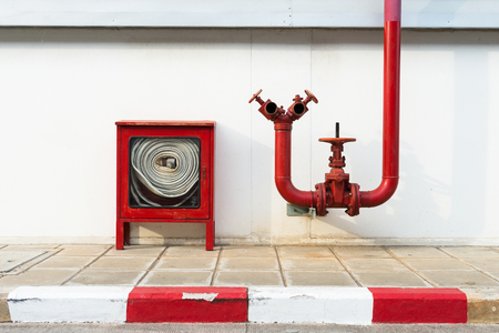 Photo pour Water valve fire and fire hose old with Fire hose cabinet red color, Wall mounted. - image libre de droit