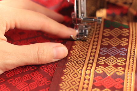 Foto de Sewing Thai cloth by sewing machine - Imagen libre de derechos