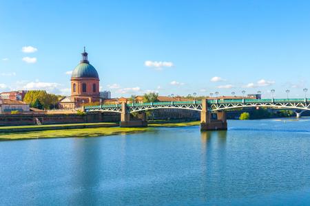 Photo pour Vew of Saint-Pierre Bridge over Garonne river and Dome de la Grave in Toulouse, France - image libre de droit