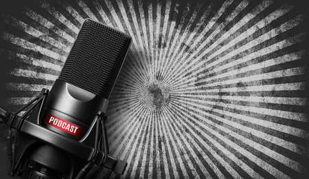 Photo pour studio microphone with a podcast icon over grunge background - image libre de droit