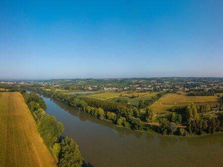 Photo pour AERIAL VIEW OF AN AGRICULTURAL LANDSCAPE NEAR THE GARONNE RIVER, COUNTRYSIDE, ENVIRONMENT, SAINT PIERRE D'AURILLAC, GIRONDE, NEW AQUITAINE, FRANCE - image libre de droit
