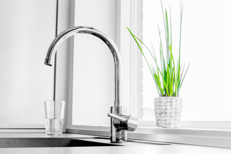 Foto de Metal faucet in a kitchen - Imagen libre de derechos