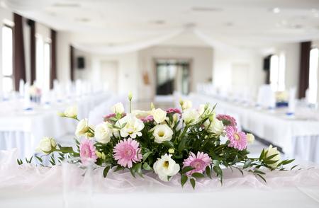 Photo pour Wedding table with bouquet of flowers - image libre de droit