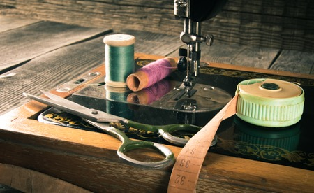 Photo pour Sewing. Sewing machine and tools. - image libre de droit