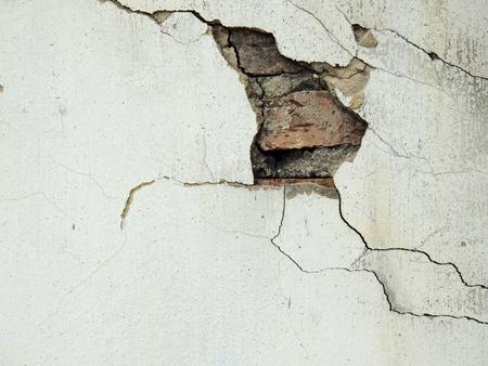 Foto de old white wall with crack - Imagen libre de derechos