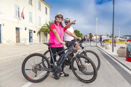 Photo pour Pärchen by bicycle on vacation - image libre de droit
