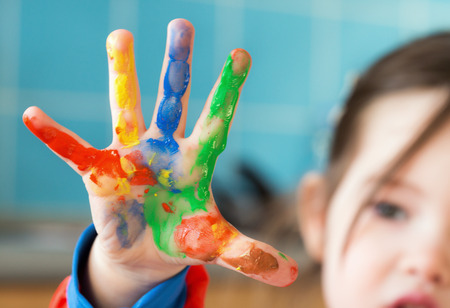 Photo pour A little girl fingerpainting - image libre de droit