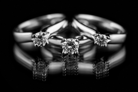 Photo pour Jewellery diamond ring on a black background. - image libre de droit