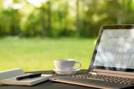 Photo pour Laptop and coffee in outdoor office - image libre de droit