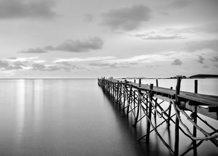 Foto de Black and white photography of a beach wooden pier - Imagen libre de derechos