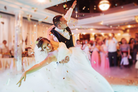 Photo pour Happy bride and groom their first dance - image libre de droit