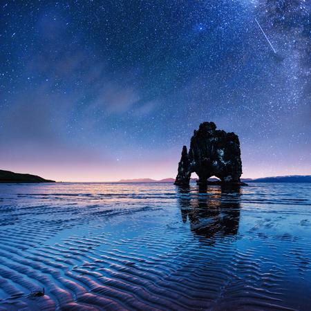 Foto de Hvitserkur 15 m height. Fantastic starry sky - Imagen libre de derechos