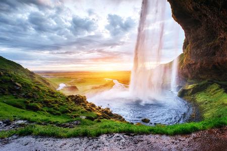 Photo pour The most famous Icelandic waterfall - majestic Seljalandsfoss - image libre de droit