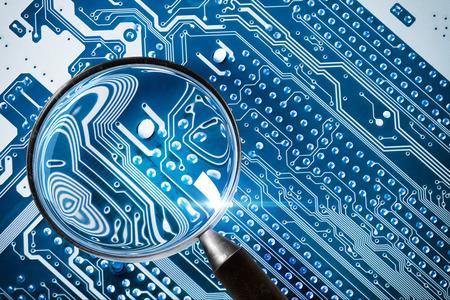 Foto de Fee Computer - computer security system and a magnifying glass. - Imagen libre de derechos