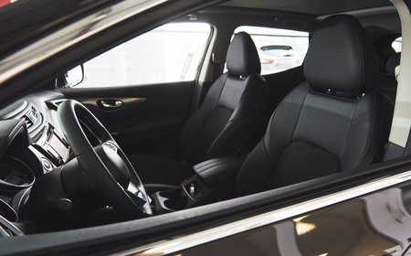 Foto de Dark luxury car Interior - steering wheel, shift lever and dashboard - Imagen libre de derechos