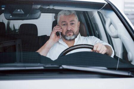 Photo pour Business talk in the car while stopped. Having conversation- about new deals. - image libre de droit