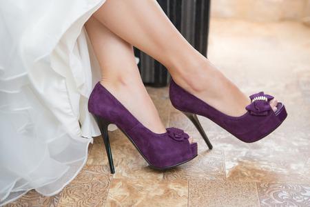 Photo pour Purple Wedding shoes on the feet of the bride - image libre de droit