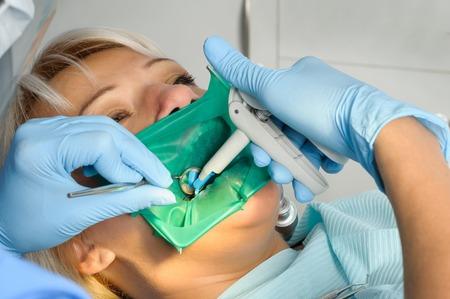 Photo pour dentist with patient, cleaning and curing - image libre de droit