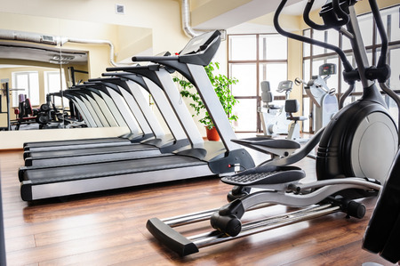 Photo pour Set of treadmills staying in line in the gym - image libre de droit