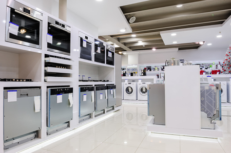 Foto de Gas and electric ovens and other home related appliance or equipment in the retail store showroom - Imagen libre de derechos