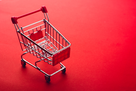 Photo pour shopping cart on red backgrpund - image libre de droit
