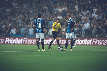 Photo pour STOCKHOLM, SWEDEN - AUG 24, 2015: Kickoff by Djurgarden at the soccer game the rivals Djurgarden and Hammarby at Tele2 arena. - image libre de droit