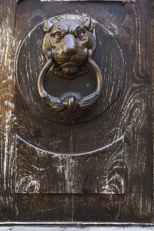 Photo pour Detail of the knocker of an old wooden door - image libre de droit