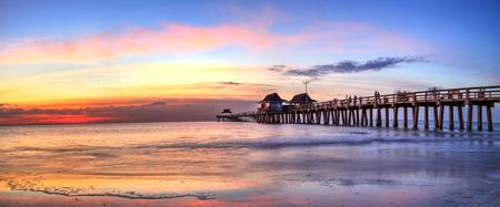 Photo pour Naples Pier on the beach at sunset in Naples, Florida, USA - image libre de droit