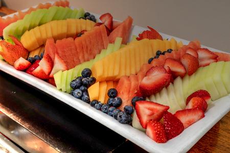 Foto de Fresh fruit platter including watermelon, cantaloupe, honeydew melon, strawberries, pineapple, and blueberries. - Imagen libre de derechos