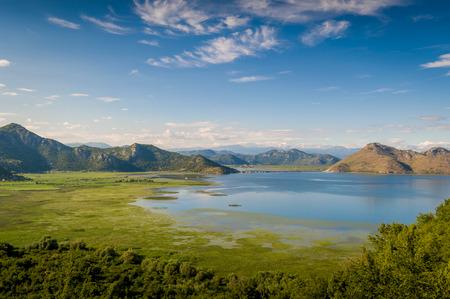 Photo pour Skadar lake national park. Lake surrounded by mountains. Montenegro. - image libre de droit