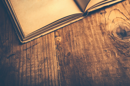 Photo pour Old book wooden library desk, retro toned image, selective focus - image libre de droit