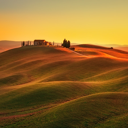 Photo pour Tuscany rural landscape in Crete Senesi land. Rolling hills countryside farm cypresses trees green field on warm sunset. Siena Italy Europe. - image libre de droit